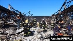 Пожарные на месте сгоревшего торгового центра «Адмирал». Казань, 14 марта 2015 года.