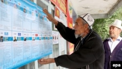 Беловодск айылындагы талапкерлердин тизмесин окуган кыргыз аксакалы, 30-сентябрь.