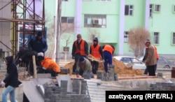 Жаңаөзенде құрылыста жүрген еңбек мигранттары. (Көрнекі сурет)