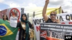 تظاهرات مخالفان سفر محمود احمدی نژاد به برزیل در شهر برازیلیا. آقای احمدی نژاد در نوامبر سال ۲۰۰۹ به این کشور سفر کرد.