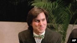 Apple Computer ընկերության կառավարիչների խորհրդի նախագահ Սթիվ Ջոբսը ներկայացնում է «Մակինտոշ 128» համակարգիչը, 24 հունվարի, 1984թ. Կուպերտինո, Կալիֆորնիա, ԱՄՆ։