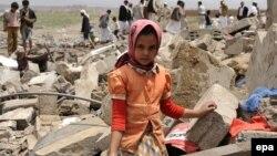 Devojčica u Jemenu ispred ruševina svoje kuće stradale u vazdušnom napadu koalicije koju predvodi Saudijska Arabija, 4. jun 2015. godine, ilustrativna fotografija