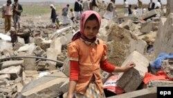Єменська дівчинка біля руїн будинку своєї родини в Сані, Ємен, 4 червня 2015 року