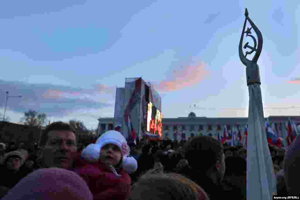 Присутні були засмучені зникненням Путіна з великого екрану на самому початку його виступу на мітингу