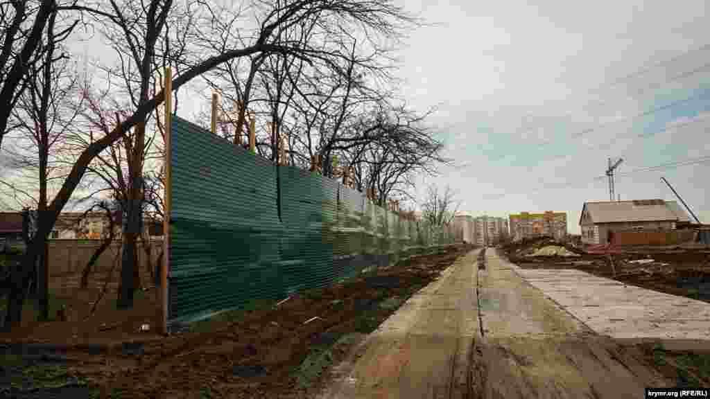 Строительный забор высотой около 3 метров