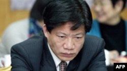 جنگ شیاویو متهم است که در طول دوران صدارتش، معادل ۸۳۲ هزار دلار رشوه به صورت نقدی و غير نقدی از کمپانی های داروسازی چین دريافت کرده و در قبال آن برای داروهای تقلبی فاقد استاندارد مجوز صادر کرده است.