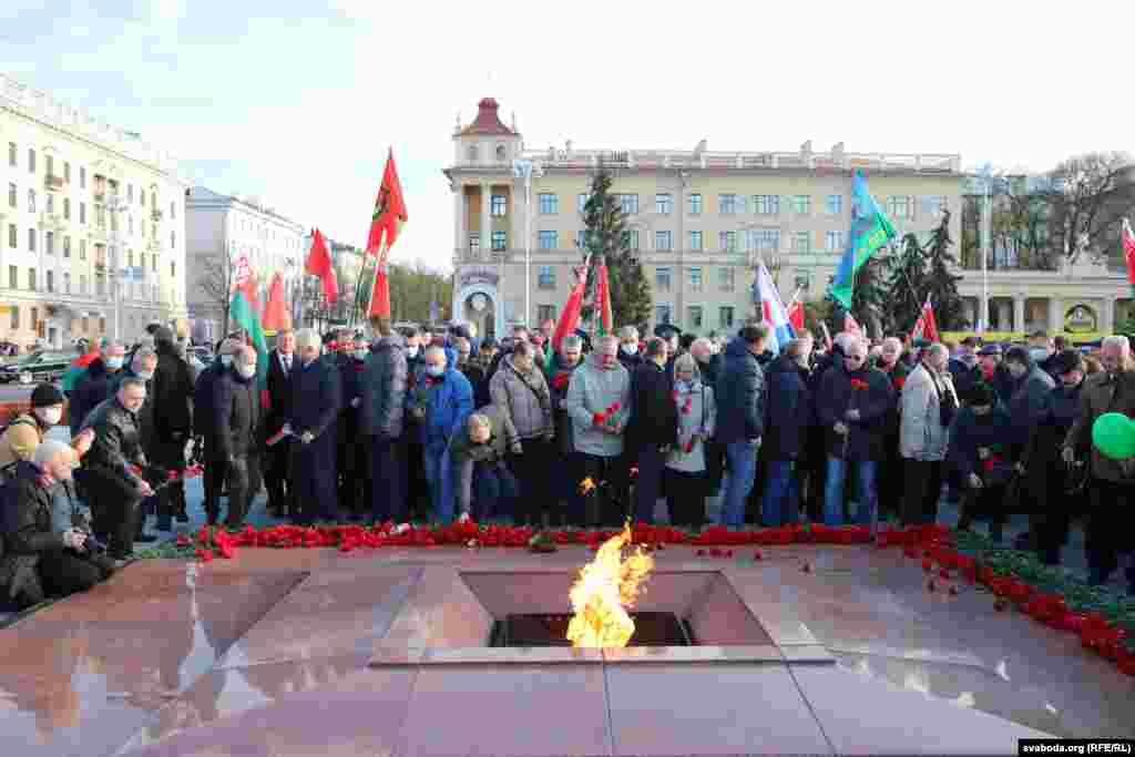 Учасники провладної ходи дійшли до площі Перемоги, поклали квіти до монумента Перемоги та повернулися до автобусів, що привезли їх на марш