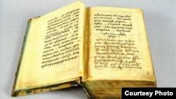 """Старинное Евангелие, которое было подарено Николаю II незадолго до его отречения. [Фото — <a href=""""http://www.shm.ru/"""" target=_blank>Государственный Исторический музей</a>]"""