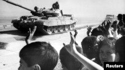 Гражданское население Афганистана прощается с уходящими советскими войсками в Шинданде. 17 октября 1986 года