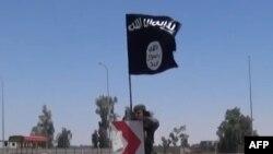 """""""Ислам мемлекеті"""" ұйымы туын тігіп жатқан содыр, Ирак. (Көрнекі сурет)."""