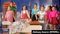 Дети, посещающие киностудию, исполняют мюзикл. Алматы, 29 сентября 2014 года.
