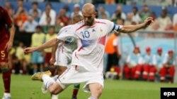 Зидан реализовал пенальти, назначенный за нарушение Рикардо Карвальо против Тьерри Анри