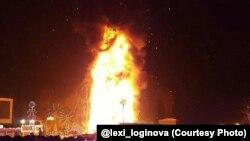 Горит новогодняя елка в Южно-Сахалинске
