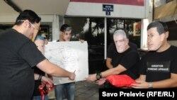Гражданские активисты в Черногории проводят акцию протеста у головного офиса налоговой службы в Международный день свободного доступа к информации.