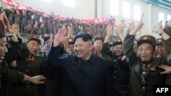 Demirgazyk Koreýanyň lideri Kim Jong-Un raketa synagynyň rowaçlygyny gutlaýar.
