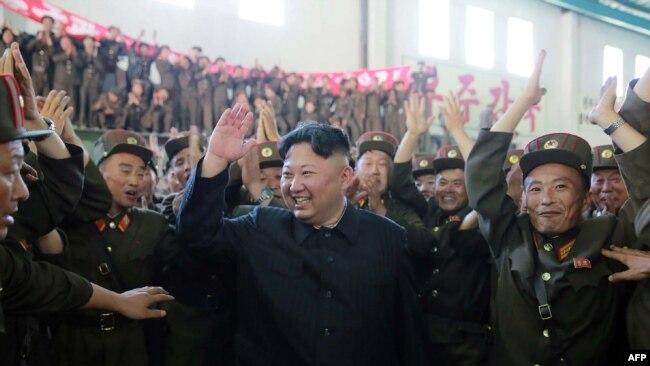 Kim Džong-Un proslavlja lansiranje rakete Hvasong-14