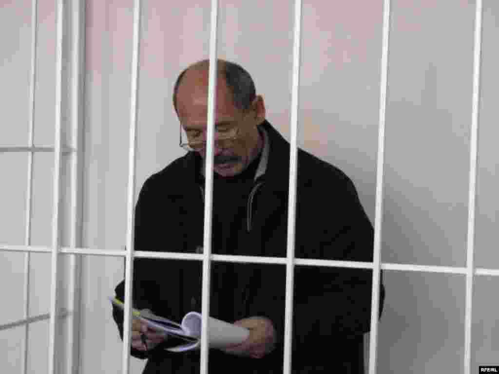 Азыр аны бийлик башкы жемкорлордун бири катары баалоодо - Kyrgyzstan -- A Trial of the Former Minister Ishenbay Kadyrbekov, Bishkek 20nov2008