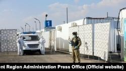 Uzbek soldiers set up a new mobile hospital for coronavirus patients on a military base in Samarkand on May 28.