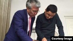 Министр культуры и спорта Казахстана Арыстанбек Мухамедиулы (слева) и журналист Азаттыка Касым Аманжол. Алматы, 19 ноября 2016 года.