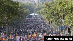 Pamje e pjesëmarrësve të marshit të djeshëm kundër terrorizmit në Barcelonë