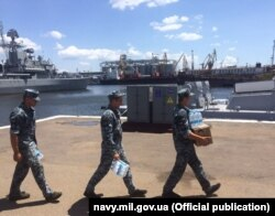 Побутові клопоти у Військовій (Практичній) гавані Одеського порту, 30 червня 2019 року. Фото прес-служби ВМС України