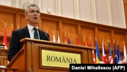 НАТО бош котиби Йенс Столтенбергнинг Бухарестдаги чиқишидан лавҳа, 2017 йил 9 октябри.