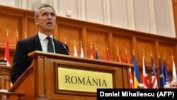 Генеральный секретарь НАТО Йенс Столтенберг выступает в Бухаресте, 9 октября 2017.