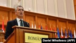 Генеральный секретарь НАТО Йенс Столтенберг выступает в Бухаресте, 9 октября 2017