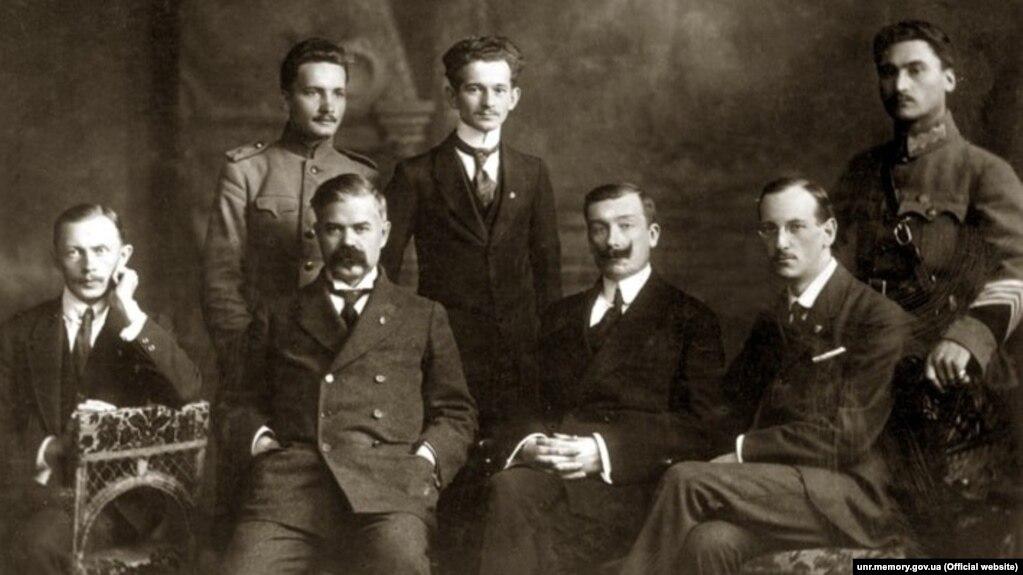 Посольство УНР в Венгрии. Сидят (слева направо): второй - Никита Шаповал (посол), Николай Галаган, Николай Шраг. 1918 год