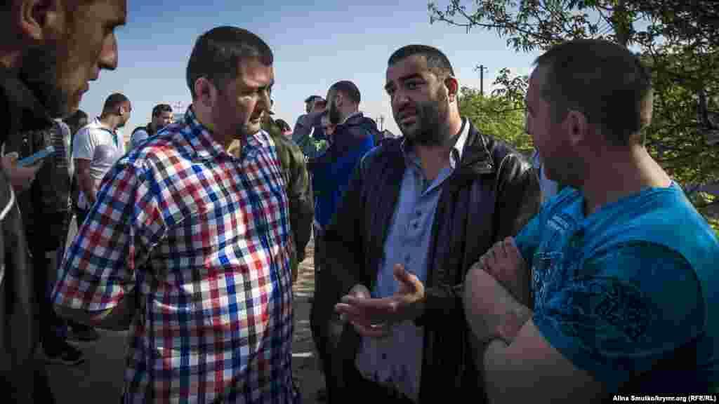 Тофік розповідає друзям і кримським активістам про те, що сталося