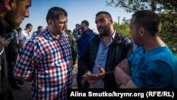 Tofik Abdulgaziyev (sağdan ekinci) tintüvden soñra