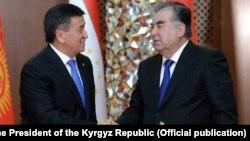 Қырғызстан президенті Сооронбай Жээнбеков (сол жақта) пен Тәжікстан президенті Эмомали Рахмон.