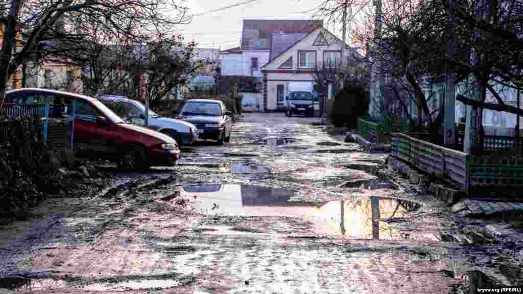 Бездоріжжя – одна з основних проблем Старого міста в Сімферополі. Торік у грудні підконтрольна Москві влада Криму заявила, що має намір провести реновацію житла у старій частині Сімферополя