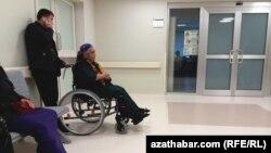 Пациенты в коридоре больницы в Туркменистане