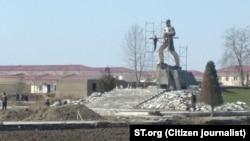 Памятник участнику Второй мировой войны, Герою Советского Союза Кудрату Суюнову в сквере Пахтачинского района Самаркандской области.