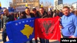 Знамиња за Косово и на Албанија на прославата на независноста на Косово.
