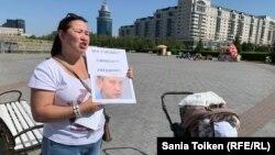 Анна Шукеева на одиночном пикете. Нур-Султан, 26 августа 2019 года.