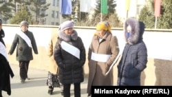 Участницы акции протеста. Город Нарын, 19 декабря 2017 года.