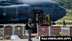 Alimente și medicamente americane trimise ca ajutoare, descărcate pe aeroportul Cucuta, în Colombia, 16 februarie 2019