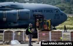 Një avion amerikan me ushqime dhe ilaçe për popullin e Venezuelës në aeroportin në Cucuta të Kolumbisë.