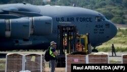 Продовольствие и медикаменты, доставленные ВВС США на границу с Венесуэлой