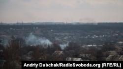 Вигляд з висоток у центрі Авдіїївки на дими через бої на промзоні (дими, які йдуть із-за лісу), Авдіївка, 28 березня 2016 року