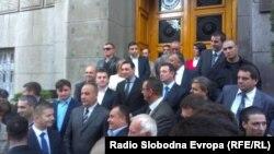 """Aleksandar Vulin ispred zgrade Vlade Srbije sa odbornicima liste """"Srpska"""", Beograd, oktobar 2013."""
