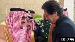 Saudi King Salman (left) greets Pakistani Prime Minister Imran Khan in Jeddah on September 19.