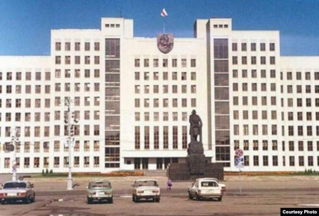 Бел-чырвона-белы сьцяг і герб «Пагоня» на Доме ўраду, 1991 год
