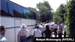 Участники собрания оппозиции направляются к автобусу, чтобы доехать к месту проведения мероприятия. Алматы, 12 июля 2013 года.