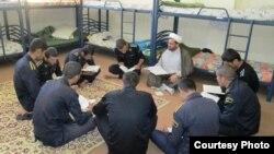 کلاس قرآن سربازان وظیفه در کانون اصلاح و تربیت یاسوج