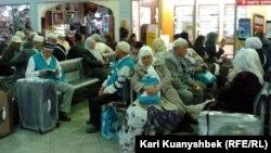 Казахстанские мусульмане в аэропорту Алматы. Иллюстративное фото.