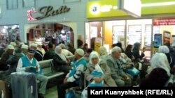 Отправляющиеся в хадж паломники в аэропорту Алматы. 16 октября 2012 года. Иллюстративное фото.
