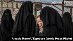 """Россиянка ждет в очереди разрешения выйти за пределы лагеря Аль-Хол в Сирии для членов семей иностранных боевиков """"Исламского государства"""". В лагере содержались приблизительно 10 тысяч человек 48 национальностей. Эта фотография сделана 14 ноября 2019 года"""